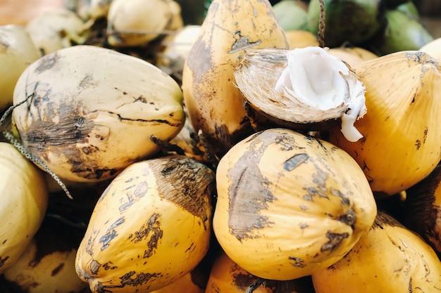 Os cocos amarelos são vendidos no mercado da ilha maurícia.