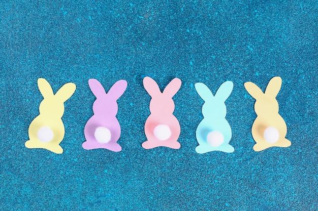 Os coelhos da festão de diy easter fizeram o fundo azul de papel.