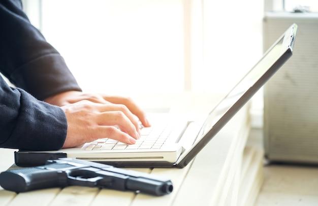 Os computadores são usados por hackers negros para roubar ou atacar dados em servidores. o crime cibernético na internet é um problema crescente. trabalhe em uma instalação segura.