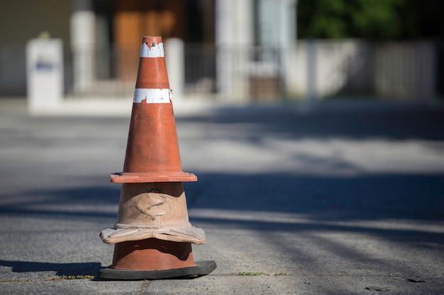 Os cones de tráfego velhos montaram em fechamentos da estrada no parque.
