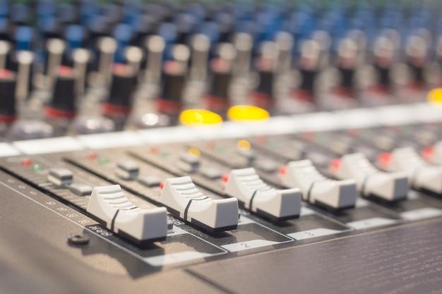 Os controles de um console de mixagem de áudio