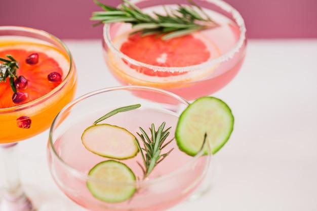 Os coquetéis exóticos rosas e frutas em rosa