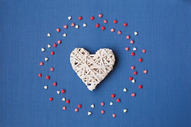 Os corações brancos em um azul são cercados por doces coloridos.