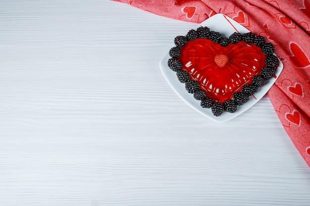 Os corações de geléia linda em um fundo branco