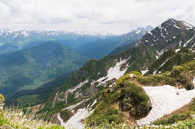 Os cumes das montanhas do parque nacional do cáucaso