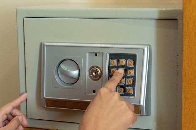 Os dedos são pressionados, o código é seguro.