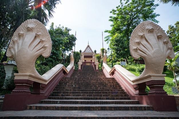 Os degraus que levam ao monte wat phnom, phnom penh, camboja