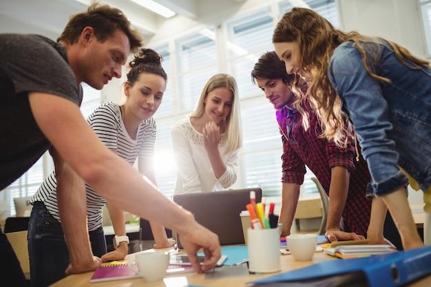 Os designers gráficos em uma reunião