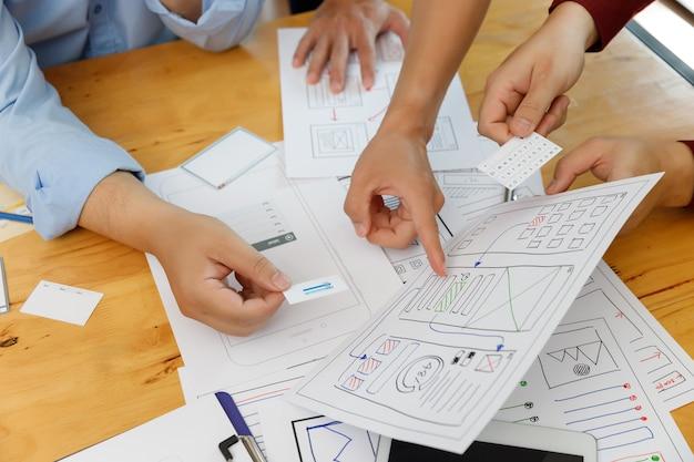 Os designers gráficos trabalham em conjunto com o ux ui designer, planejando a estrutura do layout do aplicativo para celular, computador