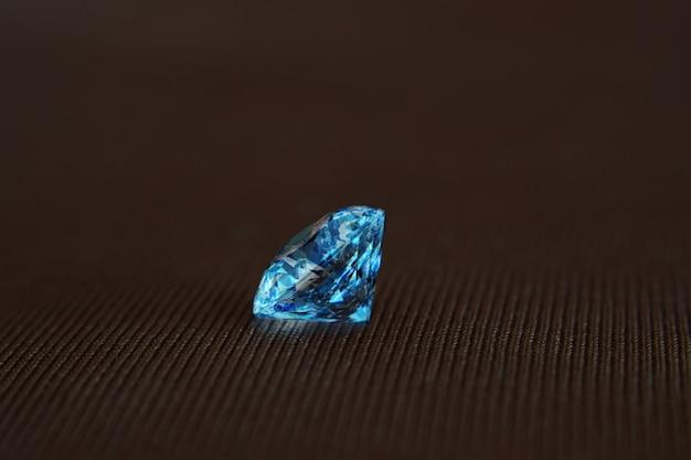 Os diamantes são valiosos, caros e raros. para fazer jóias
