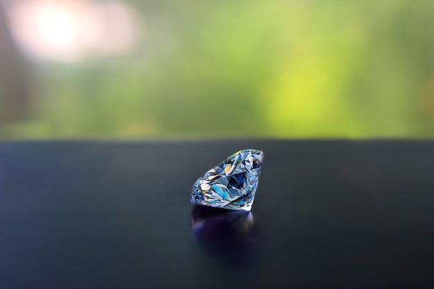 Os diamantes selecionados são claros e limpos. lindo