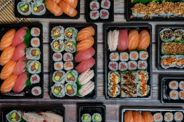 Os diferentes tipos de sushi em um prato ou bandeja