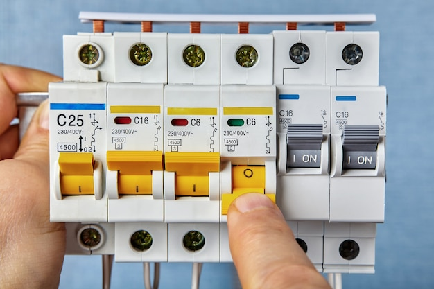 Os disjuntores são a forma mais comum de proteção contra sobrecarga encontrada nas residências.