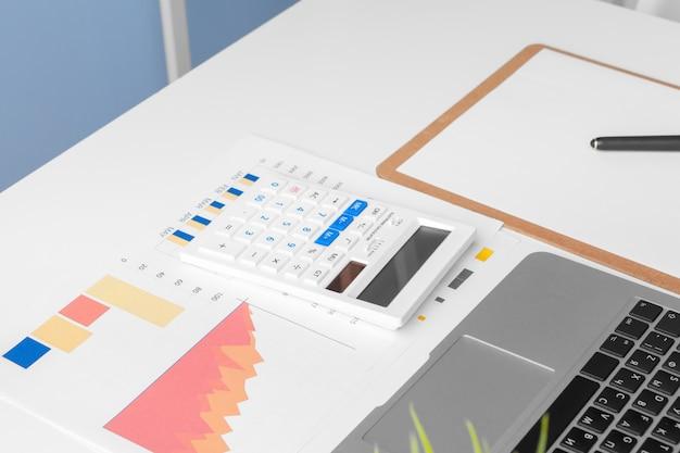 Os documentos de negócios são gráficos financeiros para o sucesso do trabalho, analisam os planos de documentos