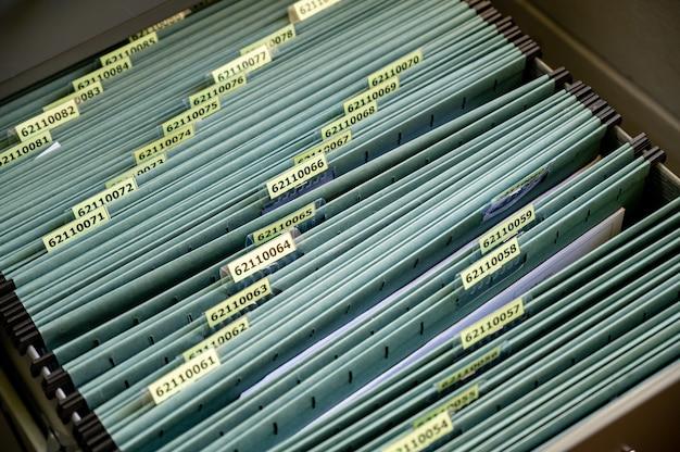 Os documentos são colocados em um arquivo no escritório.