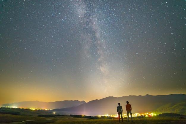 Os dois amigos estão no fundo das estrelas. período noturno