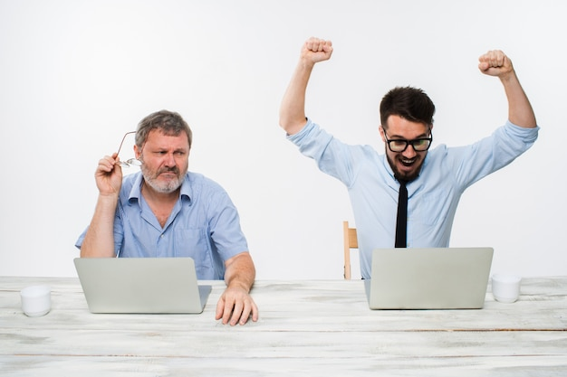 Os dois colegas trabalhando juntos no escritório em fundo branco