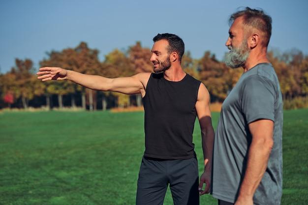 Os dois desportistas ao ar livre a gesticular