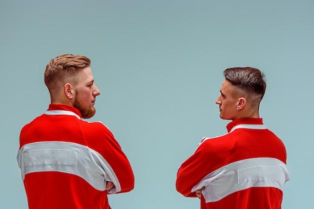 Os dois homens caucasianos acrobáticos ginásticos