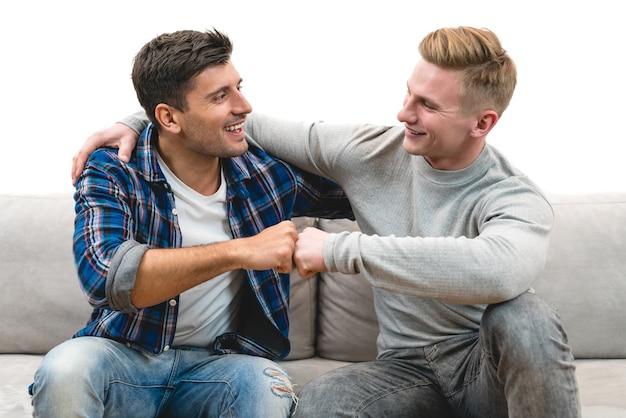 Os dois homens felizes cumprimentando no fundo branco