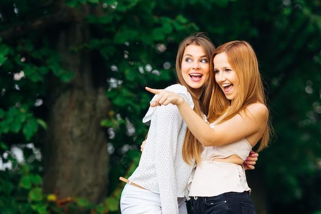 Os dois melhores amigos se conheceram no parque e fofocas fofas