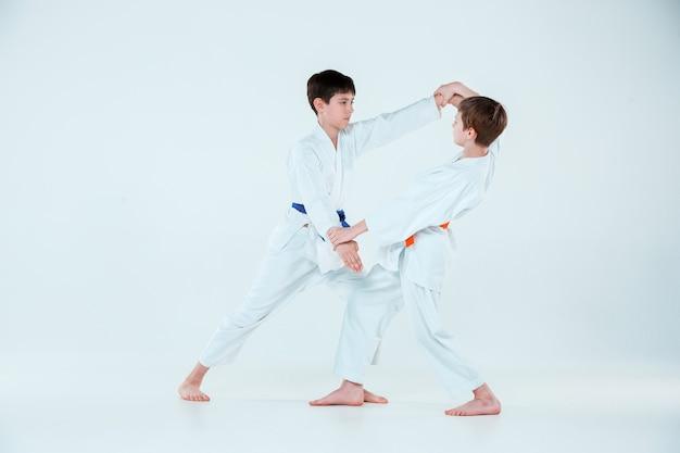Os dois meninos brigando no treinamento de aikido na escola de artes marciais. estilo de vida saudável e conceito de esportes