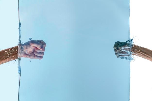 Os dois punhos de amigos se socam debaixo d'água, batem na superfície da água, conceito de relacionamento de sucesso
