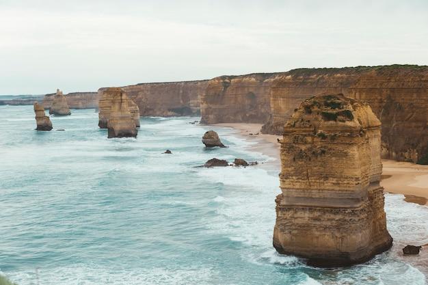 Os doze apóstolos é o famoso lugar na great ocean road, em victoria, na austrália.
