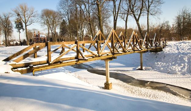 Os edifícios de madeira durante o inverno. a infraestrutura