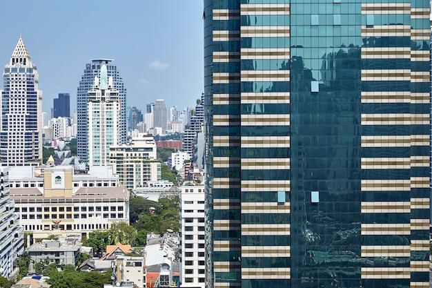 Os edifícios modernos dos arranha-céus da cidade