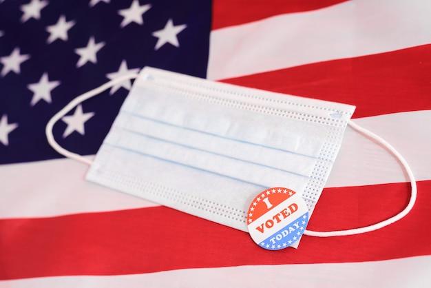 Os eleitores americanos devem se registrar preenchendo um formulário, mesmo durante a pandemia, usando uma máscara facial ao votar.