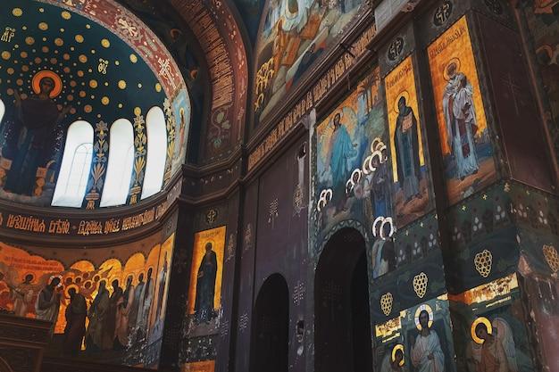 Os elementos interiores, paredes e tetos do mosteiro são pintados por santos.
