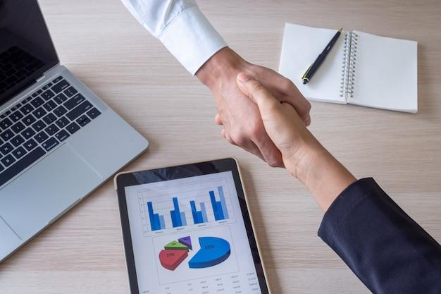 Os empresários aceitam trabalhar juntos após a reunião, conversam sobre planos de trabalho. aperto de mão de empresários bem sucedidos.