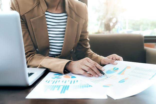 Os empresários analisam a solução de alto desempenho.