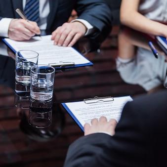 Os empresários dando assinatura aos documentos