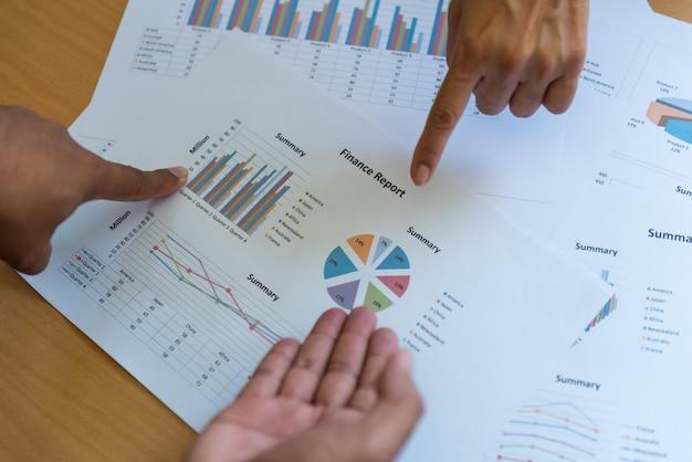 Os empresários do trabalho em equipe na reunião concentram-se no alvo.
