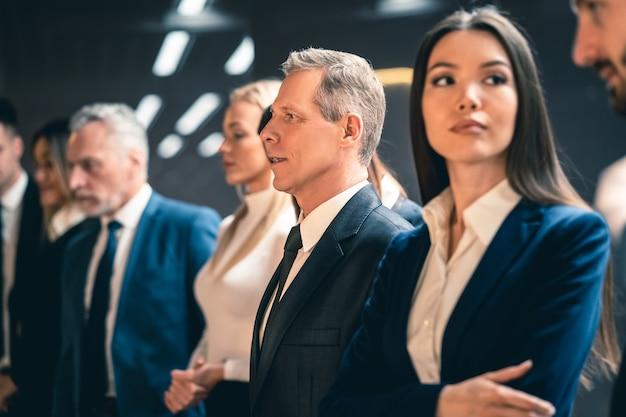 Os empresários em pé
