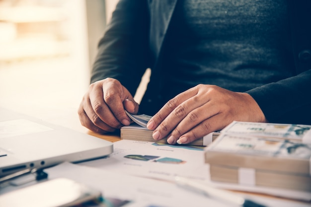 Os empresários estão trabalhando em dólares, calculando lucros e obtendo resultados,