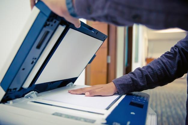 Os empresários estão usando fotocopiadoras.