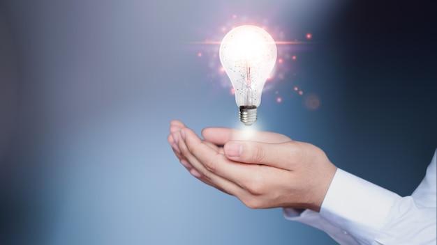 Os empresários estão usando tecnologia inovadora. mídia mista, conceitos digitais e conectando o mundo.