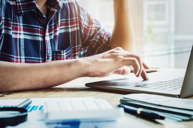 Os empresários estão usando um laptop para trocar informações de negócios.