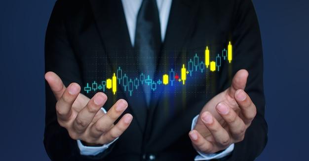 Os empresários estão usando uma tecnologia inovadora de gráfico de ações. mídia mista, smartphone digital e conceito de compra online.
