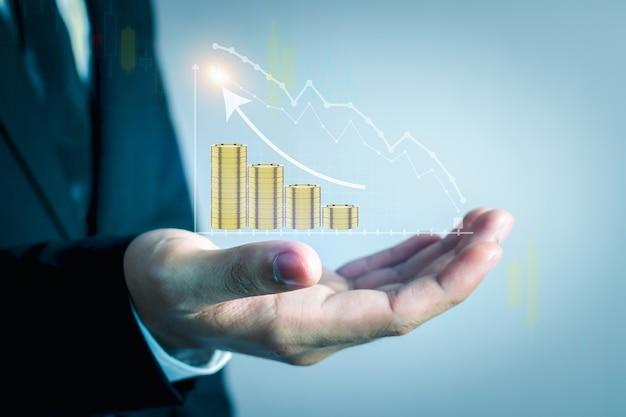 Os empresários estão usando uma tecnologia inovadora de gráfico de ações. mídia mista, smartphone digital e conceito online.
