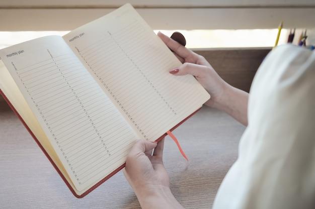 Os empresários fazem anotações para gerenciar compromissos para trabalhar no escritório.