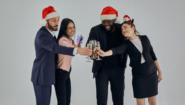 Os empresários felizes bebendo champanhe