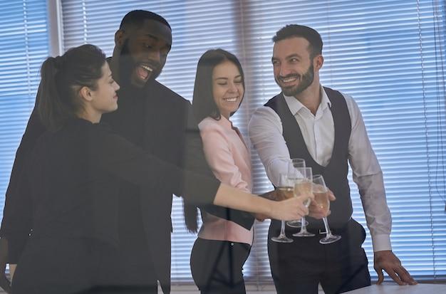 Os empresários felizes brindam