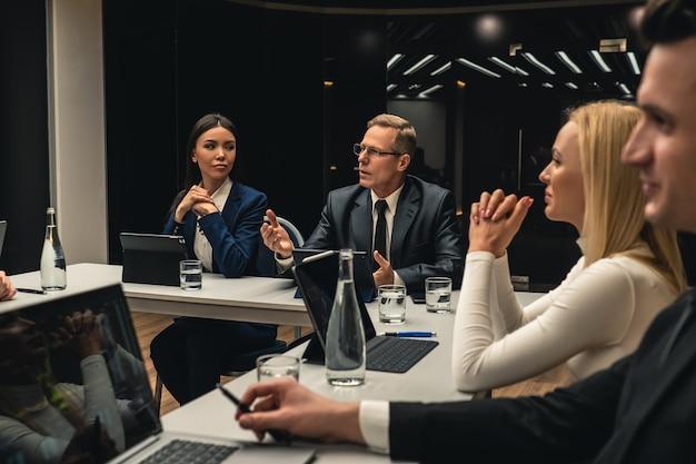 Os empresários na reunião