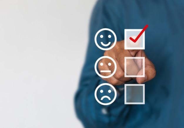 Os empresários optam por classificar pontuação ícones felizes com espaço de cópia. experiência no atendimento ao cliente e conceito de pesquisa de satisfação empresarial