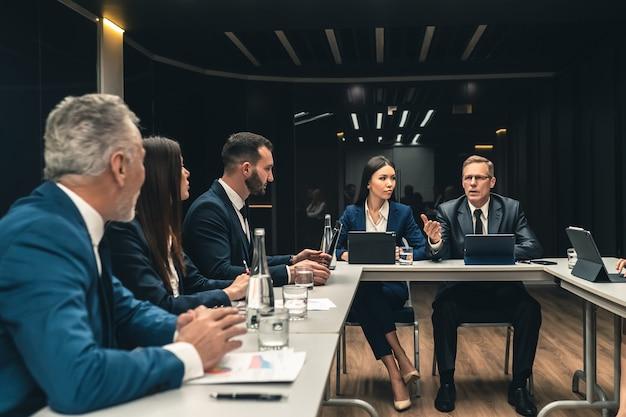 Os empresários sentados à mesa