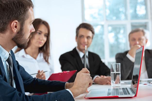Os empresários trabalhando juntos na mesa.